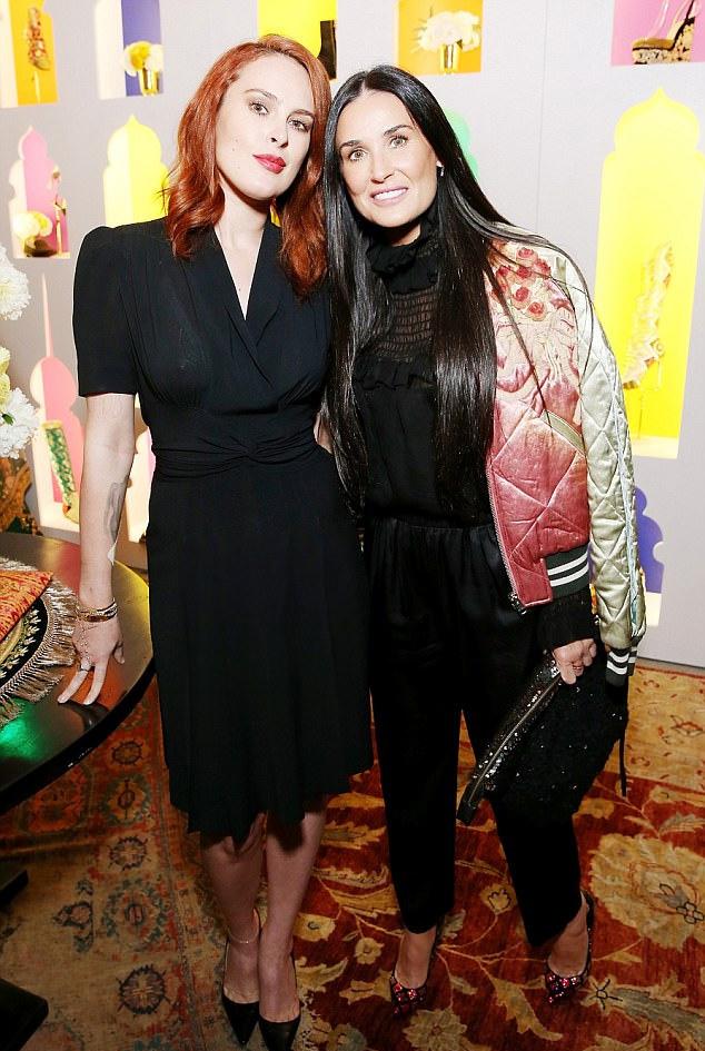 Christian Louboutin és Sabyasachi közös kollekciójának partiján vett részt a színésznő és lánya. A vakuk fényében még jobban látszik, milyen merev lett az arca a rengeteg botoxtól.