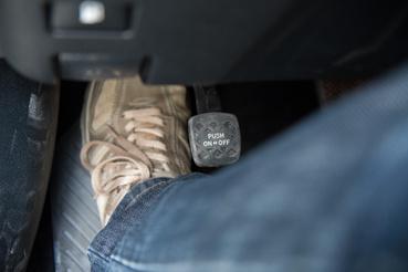 A rögzítőfék pedálját miért a lábtér közepébe kell belógatni?