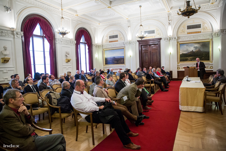 Ungváry Krisztián Hiányzó láncszemek, torzuló tükrök címmel tartott előadást