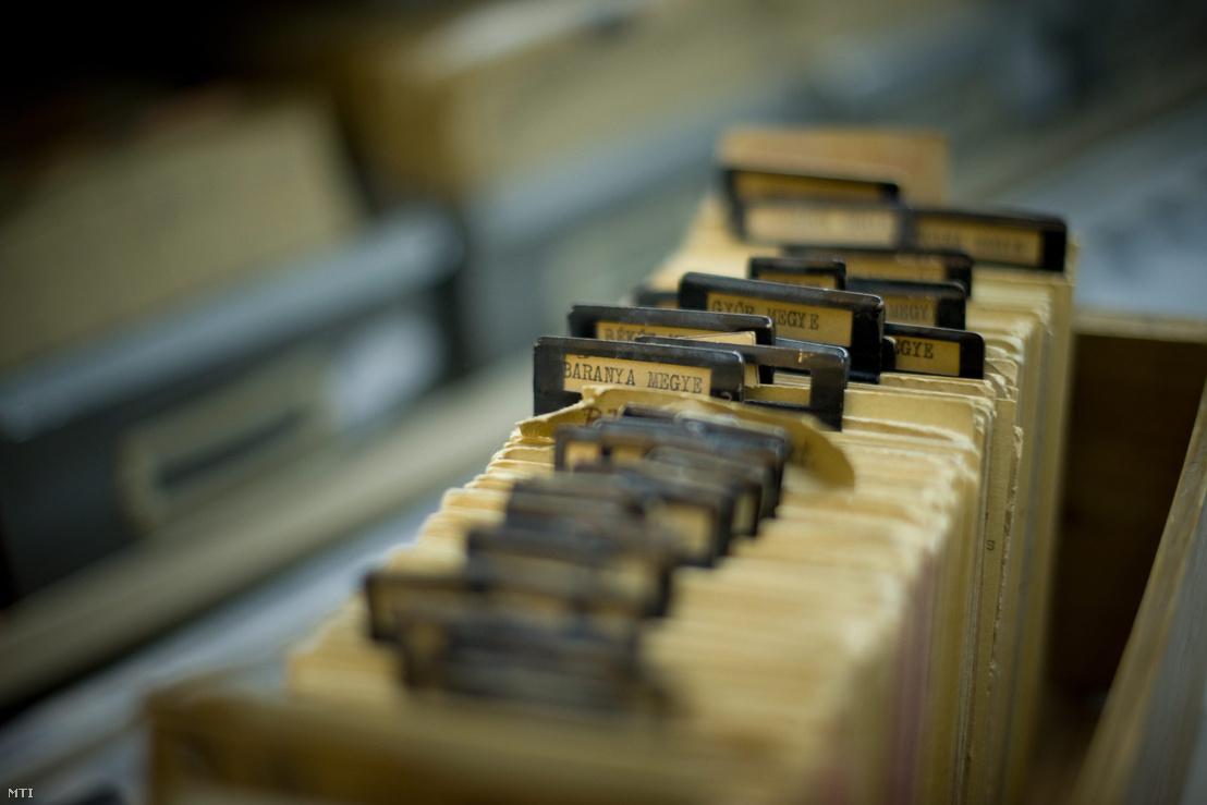 Megyék szerint rendezett katalóguscédulák az Állambiztonsági Szolgálatok Történeti Levéltárának raktárában
