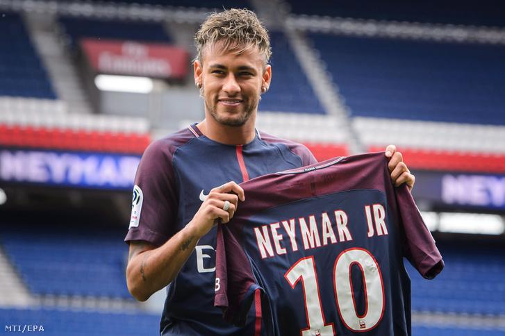 A Paris Saint-Germain francia csapathoz újonnan átigazolt Neymar brazil labdarúgó fotózáson vesz részt a párizsi Parc des Princes stadionban 2017. augusztus 4-én