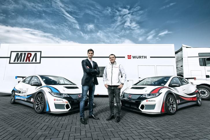Az alapító Bári Dávid és Michelisz Norbert a M1RA indulásakor. A kocsik festése ugyan változott, de a kitűzött cél végig ugyanaz maradt