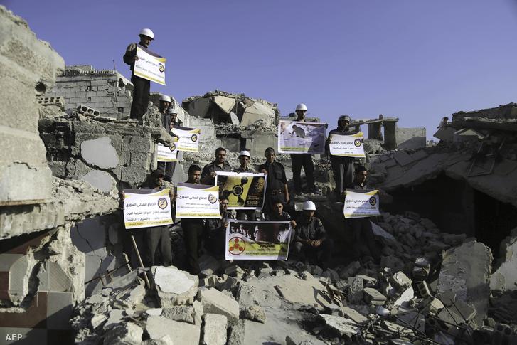 Fehérsisakos aktivisták demonstrálnak szíriában a vegyifegyver-támadások ellen.