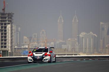 Ez is Josh Files, elég jó a háttér mögötte Dubajban.