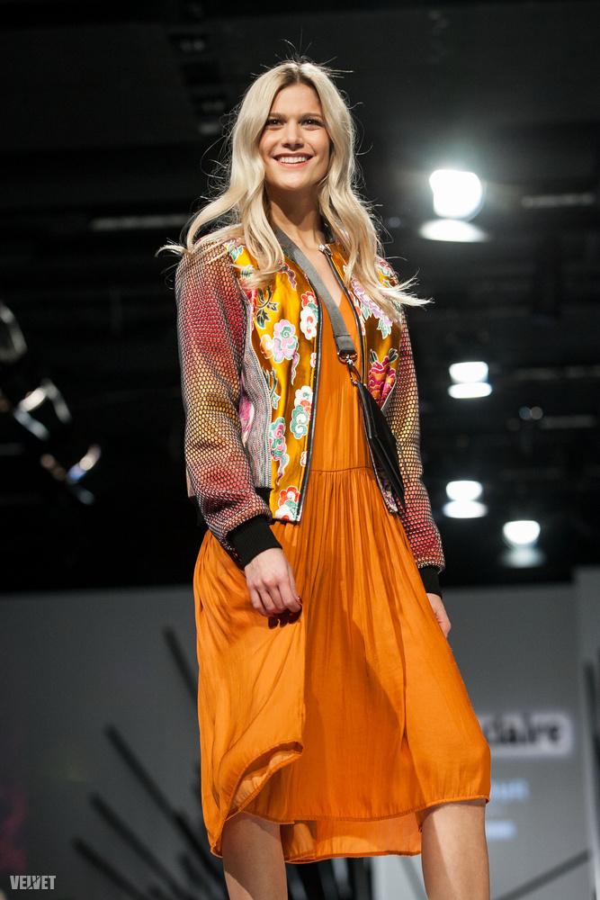 Érdemes töltekezni ennek a ruhának a színével, mert ilyen élénk árnyalatokra egyébként nem nagyon szoktak vetemedni mostanában a magyar tervezők, amint arra a következő bő harminc kép remek bizonyíték lesz.