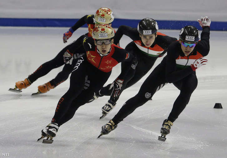 Liu Shaolin Sándor a testvére Liu Shaoang és a kínai Vu Ta-csing (j-b) a rövidpályás gyorskorcsolya világkupa szöuli olimpiai kvalifikációs viadala férfi 500 méterének döntõjében 2017. november 18-án. Li