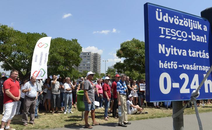 A Kereskedelmi Alkalmazottak Szakszervezete (KASZ) és a Kereskedelmi Dolgozók Független Szakszervezete (KDFSZ) közös demonstrációjának résztvevõi a Fogarasi úti Tesco áruház parkolójában 2017. július 8-án. A szakszervezetek minden szakmunkás garantált bérminimumon foglalkoztatott munkavállalónak 15 ezer forintos béremelést követelnek a Tescónál.