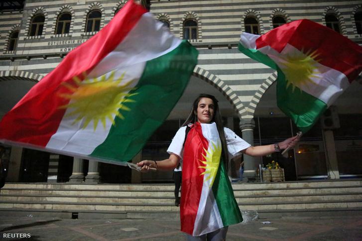 Kurd nő kurd zászlókkal Diyarbakirban 2017 szeptemberében, a függetlenségi szavazás napján