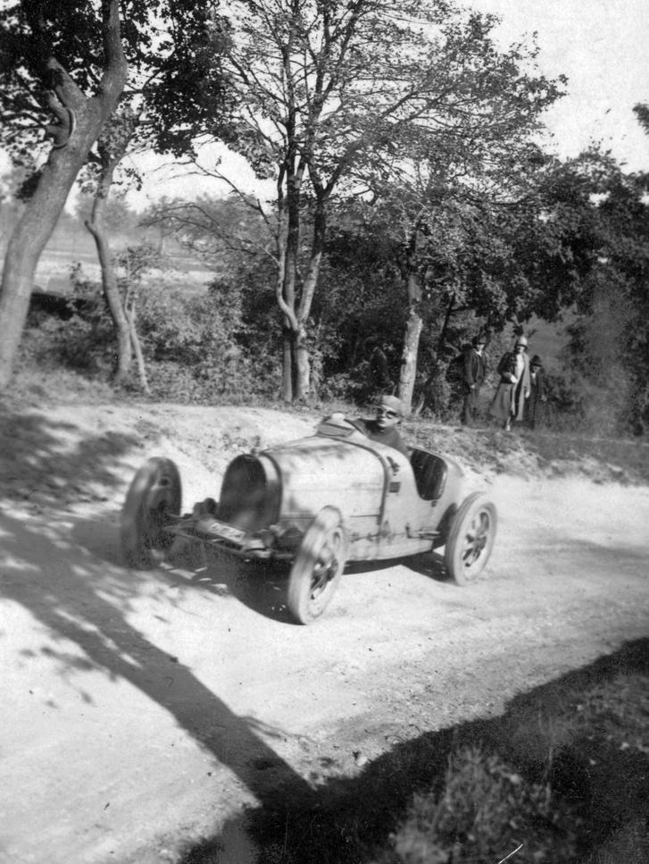 1928. Esterházy Antal herceg Bugatti versenyautóval az 1928-as svábhegyi verseny edzésén