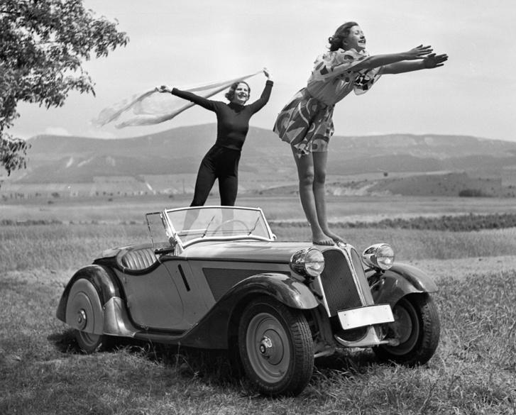 1936, BMW 319 Roadster autó. Háttérben a Kevély-hegycsoport (a Kis-Kevély, a Nagy-Kevély és az Ezüst-Kevély)