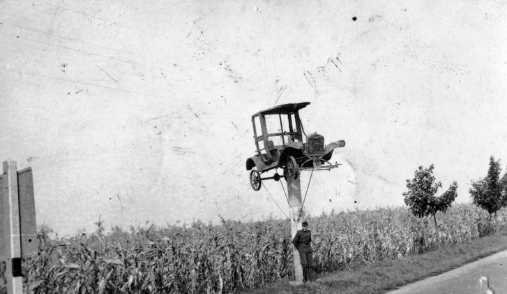 1930. Évtizedekig a 7-es út mellett, afféle közlekedésbiztonsági hirdetmény volt ez a roncs