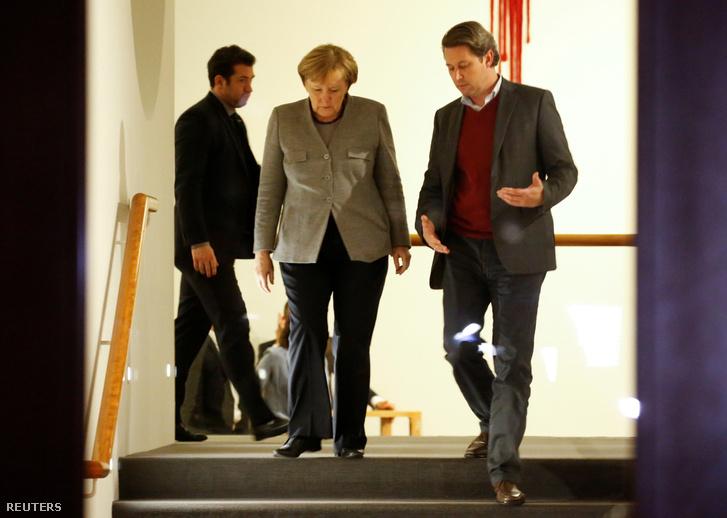 Angela Merkel pártja hétfői sajtótájékoztatójára érkezik