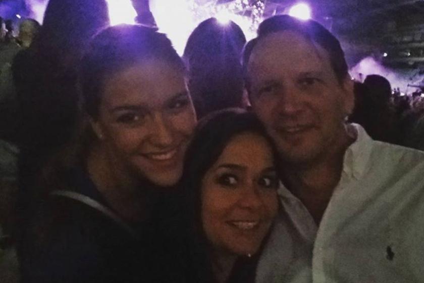 Geszler Dorottya legutóbb Robbie Williams budapesti koncertjén szelfizett szerelmével és lányával, Laurával.