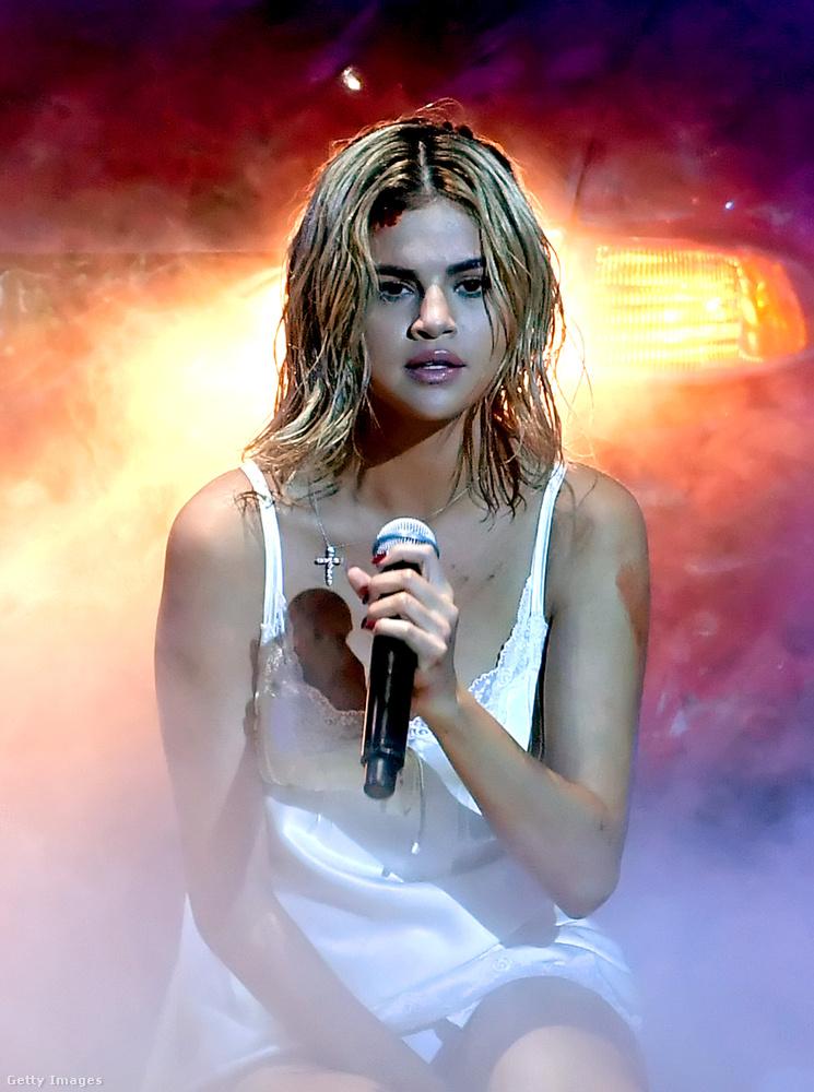 A színpadon az énekesnő, kombinés mivolta mellett, a Wolves című dalát mutatta be.