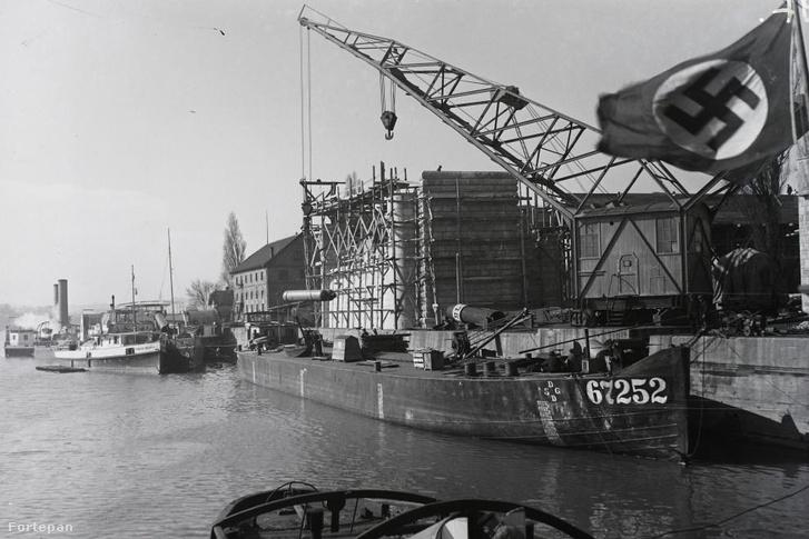 Ne feledjük, hogy az Óbudai Hajógyár 1938 óta német birodalmi tulajdonban üzemelt Budapest szívében. Az Árpád-híd építését is mutató, 1940 és '43 között készült fényképen látható hajók kivétel nélkül mind német hajók!