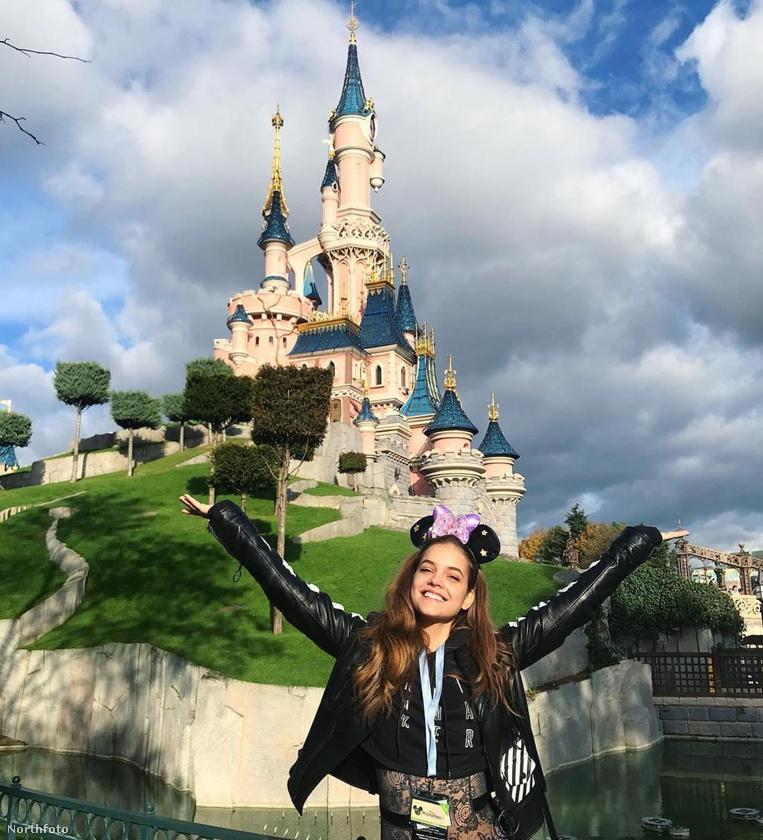 Palvin Barbara bemutatja:Egy nap PárizsbanAmint az látszik, elment Disneylandbe, és az arcáról leolvasható mosoly arra enged következtetni, hogy csudi szupi napot töltött a vidámparkban.