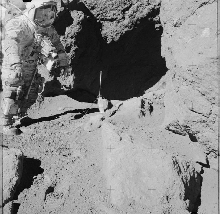 Taurus-Littrow: Eugene A. Cernan áll egy szikla mellett az Apollo 17 küldetés harmadik holdsétáján. A fotót társa, Harrison H. Schmitt készítette, az ő alakja látható Cernan sisakjának fényvisszaverős rostélyán.