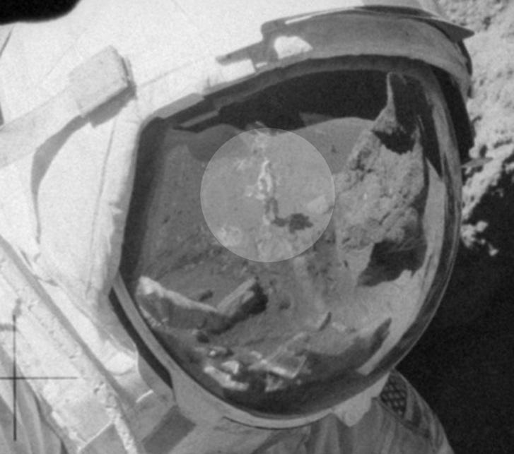 Harrison H. Schmitt űrhajós alakjának kissé torzult tükörképe Cernan sisakján. A kételkedő youtuber szerint egy kellékes látható a képen.