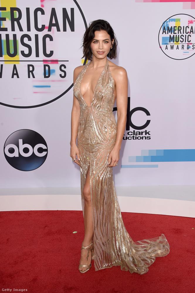 Most, hogy már mindenkit láttunk, aki megfordult az American Music Awards díjátadón, itt a lehetőség, hogy eldöntsünk egy cseppet sem fontos, ám minket annál jobban érdeklő kérdést: hogy önök szerint ki nézett ki a legjobban?Mutatunk néhány jelöltet, kezdjük például Jenna Dewan-Tatum színész-táncossal.
