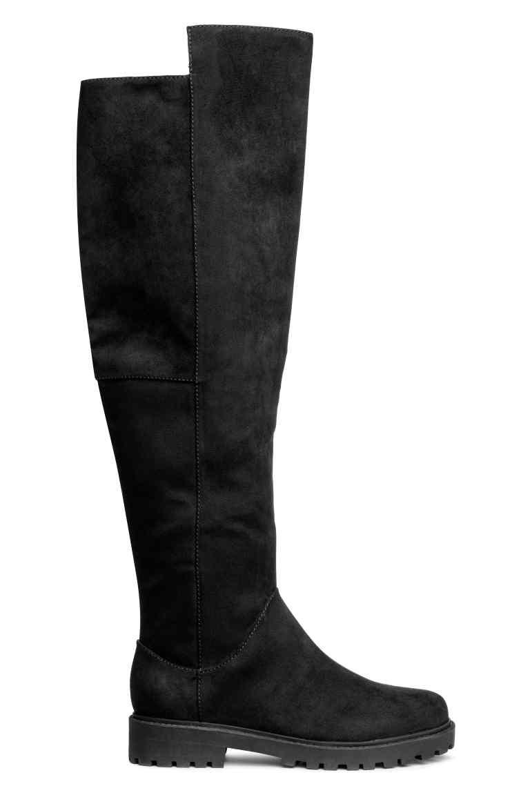 Egyszerű, letisztult és elegáns a H&M fekete csizmája, ráadásul a talpa is elég vastag, ezért fázni sem fogsz benne. 12 990 forintért lehet a tiéd.