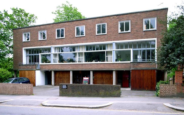 A Willow út 2 (Hampstead). A házat magának tervezte Goldfinger 1940-ben, ma az építésznek emléket állító múzeum működik benne.