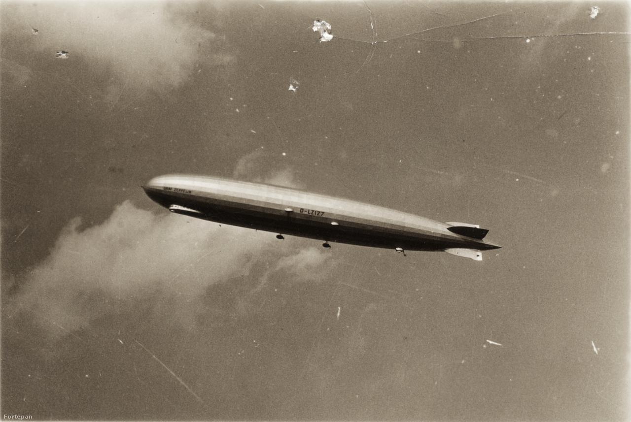 A D-LZ127 Graf Zeppelin léghajó valahol Budapest fölött.