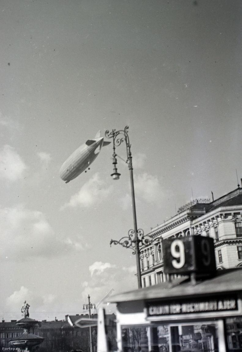 Kálvin téri ostorlámpa és a tovahaladó Zeppelin.