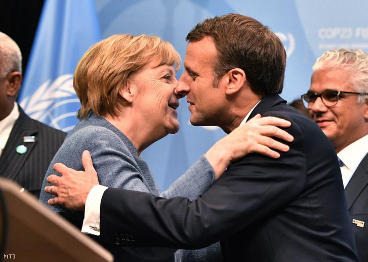 Angela Merkel német kancellár és Emmanuel Macron francia elnök köszönti egymást az ENSZ 32. nemzetközi klímakonferenciáján (COP 23) Bonnban 2017. november 15-én.