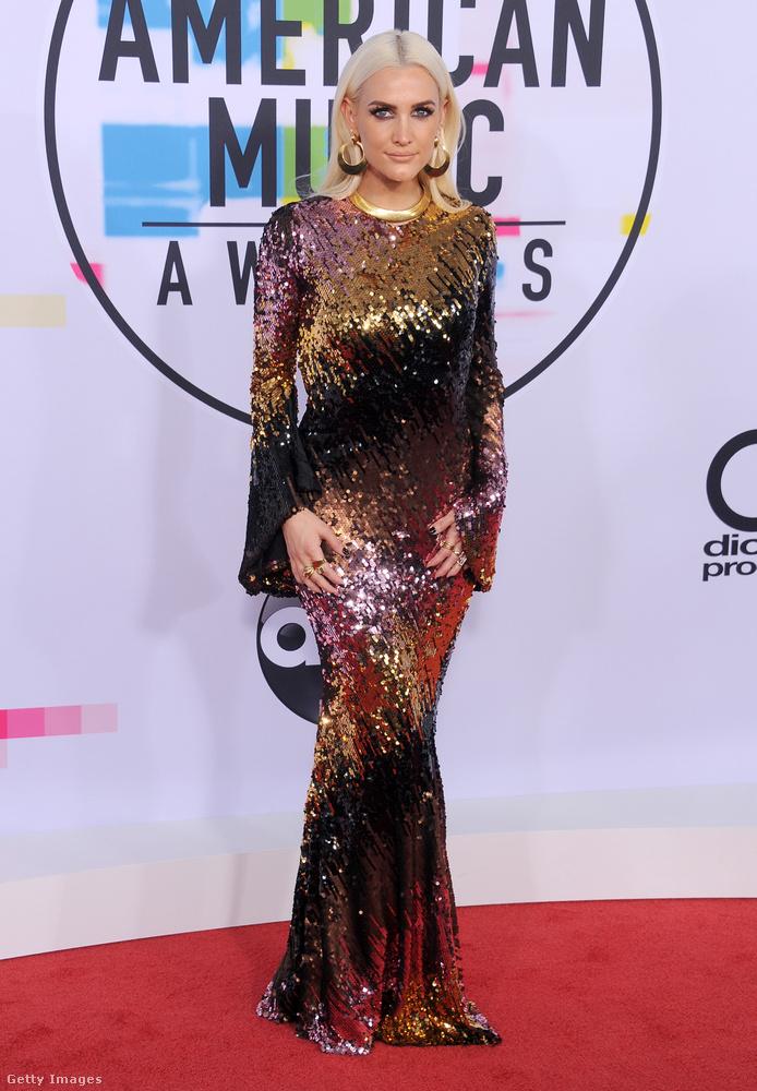 Ashlee Simpson sem unja még a flitteres luxusruhákat