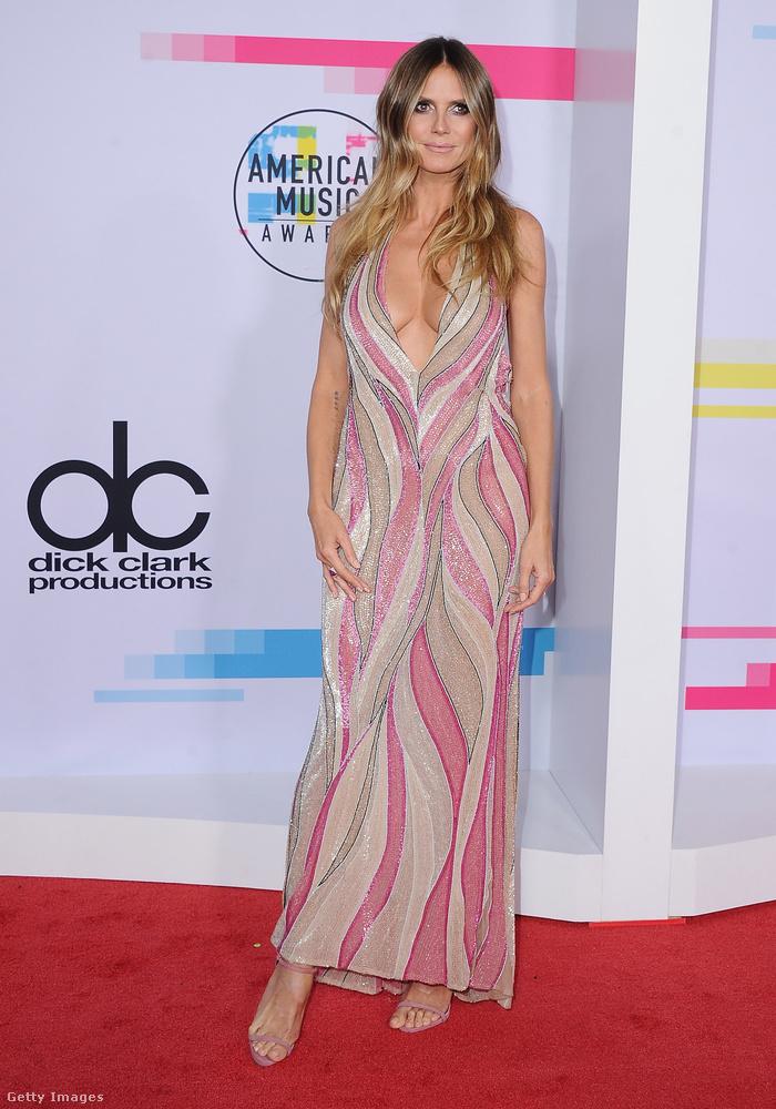Heidi Klum biztosra ment ezzel a cukorka színű Versace ruhával.