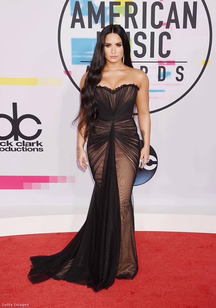 Demi Lovato az orosz tervező, Ester Abner fekete pucérruhájával hívta fel magára a figyelmet.