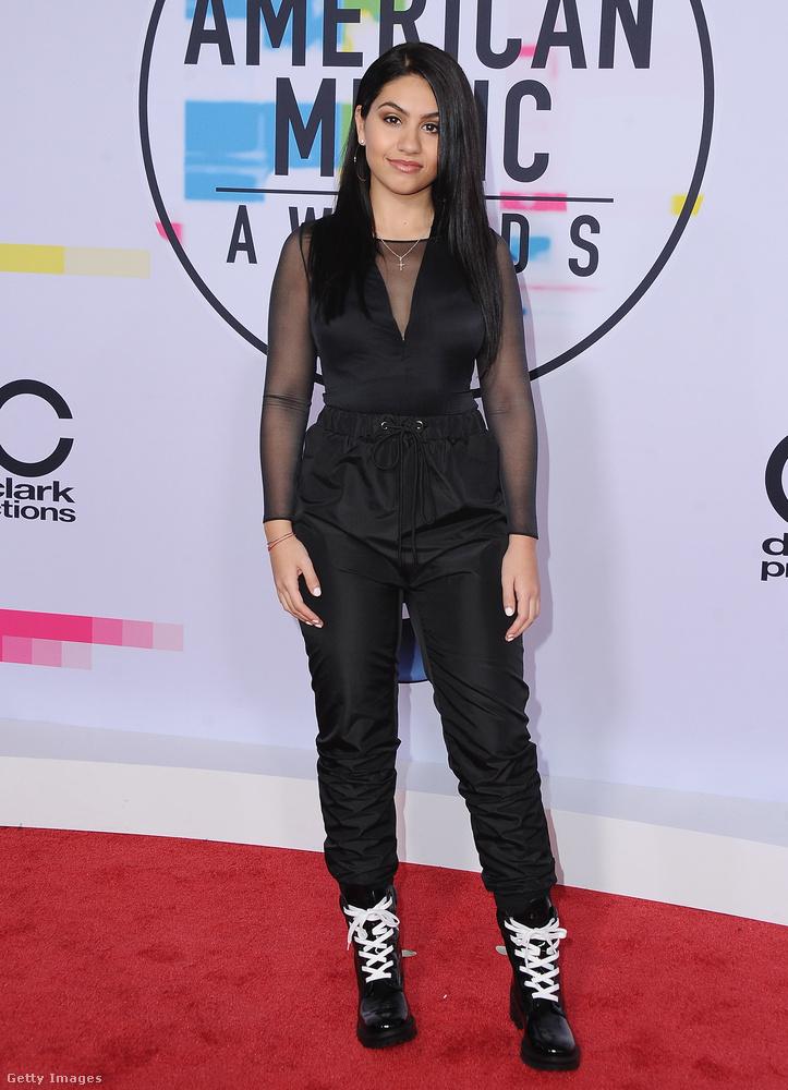 A sportos vonalat erősítette a 21 éves kanadai énekesnő, Alessia Cara.