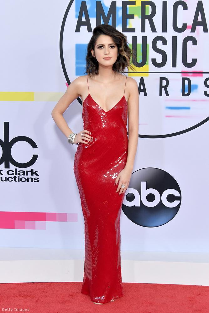 Laura Marano színésznő 'Jessica Rabbit' stílusú ruháját Stella McCartney készítette.
