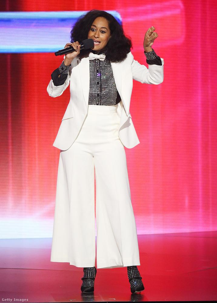Tracee Ellis Ross Diana Rossnak öltözve az AMA színpadán.
