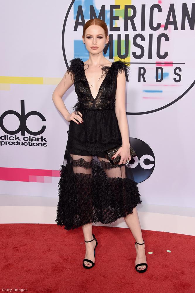 V-nyakkivágású tollas ruha Madelaine Petsch színésznőn.
