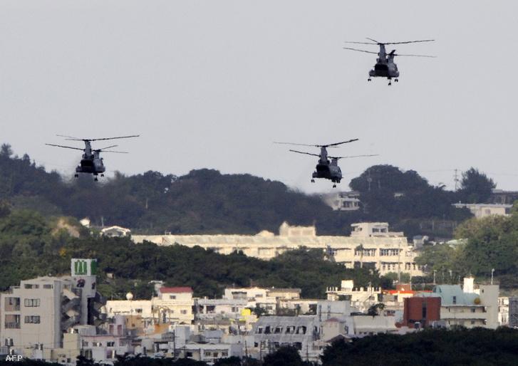 Amerikai harci helikopterek az okinawai bázis fölött