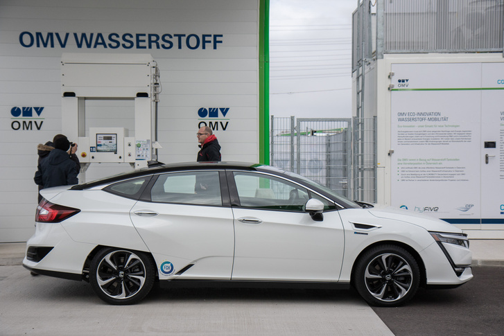 9 euró egy kiló hidrogén, végül kábé annyira jön ki a kilométerköltség, mint benzinnel