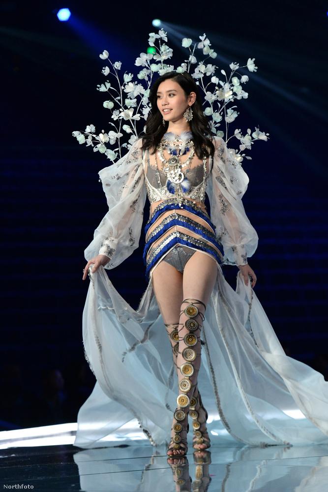 A Victoria's Secret fehérneműgyár idei termékbemutatóját Sanghajban rendezték, és igazából elég eseménytelen lett volna, ha a képen látható modell, Ming Xi