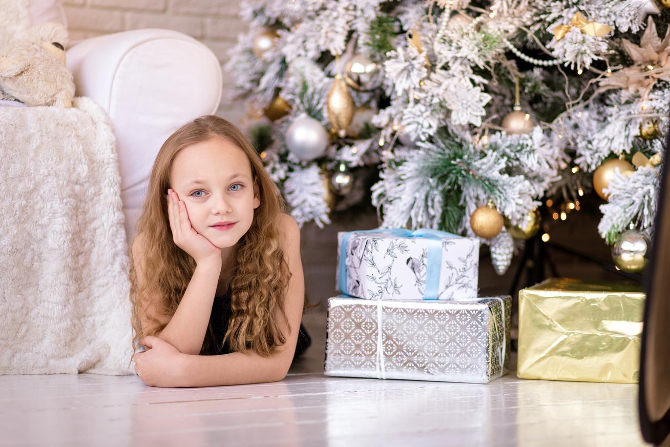 gyerek karácsonyi ajándékkal