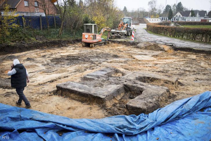 Horogkereszt alakú szobortalapzat egy épülő sportpálya területén Hamburgban 2017. november 21-én, a felfedezése másnapján. A négy méter széles és ugyanilyen hosszú, 40 centiméter vastag talajréteggel fedett betonöntvényen a náci uralom idején emlékmű állt, amelyet már a háború alatt ledönthettek.