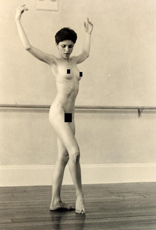 Az énekesnő még Madonna Ciccone néven dedikálta az elkészült fotósorozatot.