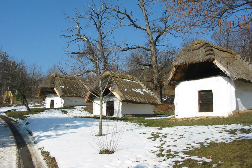 A Vas megyei Cák alig 270 lelket számlál. A soproni borvidékhez tartozó falu ollólábas, szelemenes, nádfedeles présházaiból álló pincesor szabadtéri néprajzi múzeum is egyben.