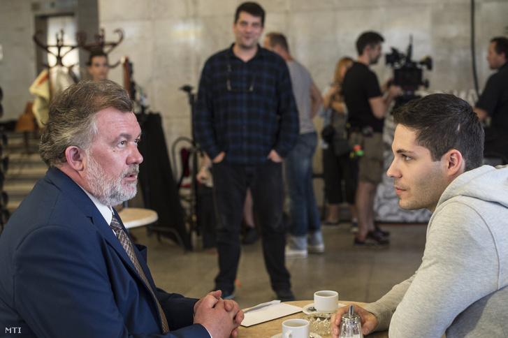 A Miki bácsi szerepét alakító Csuja Imre (b), Antal Nimród rendező (k) és Szalay Bence (b3) Ambrus Attila szerepében A Viszkis című film budapesti forgatásán 2016. június 19-én.