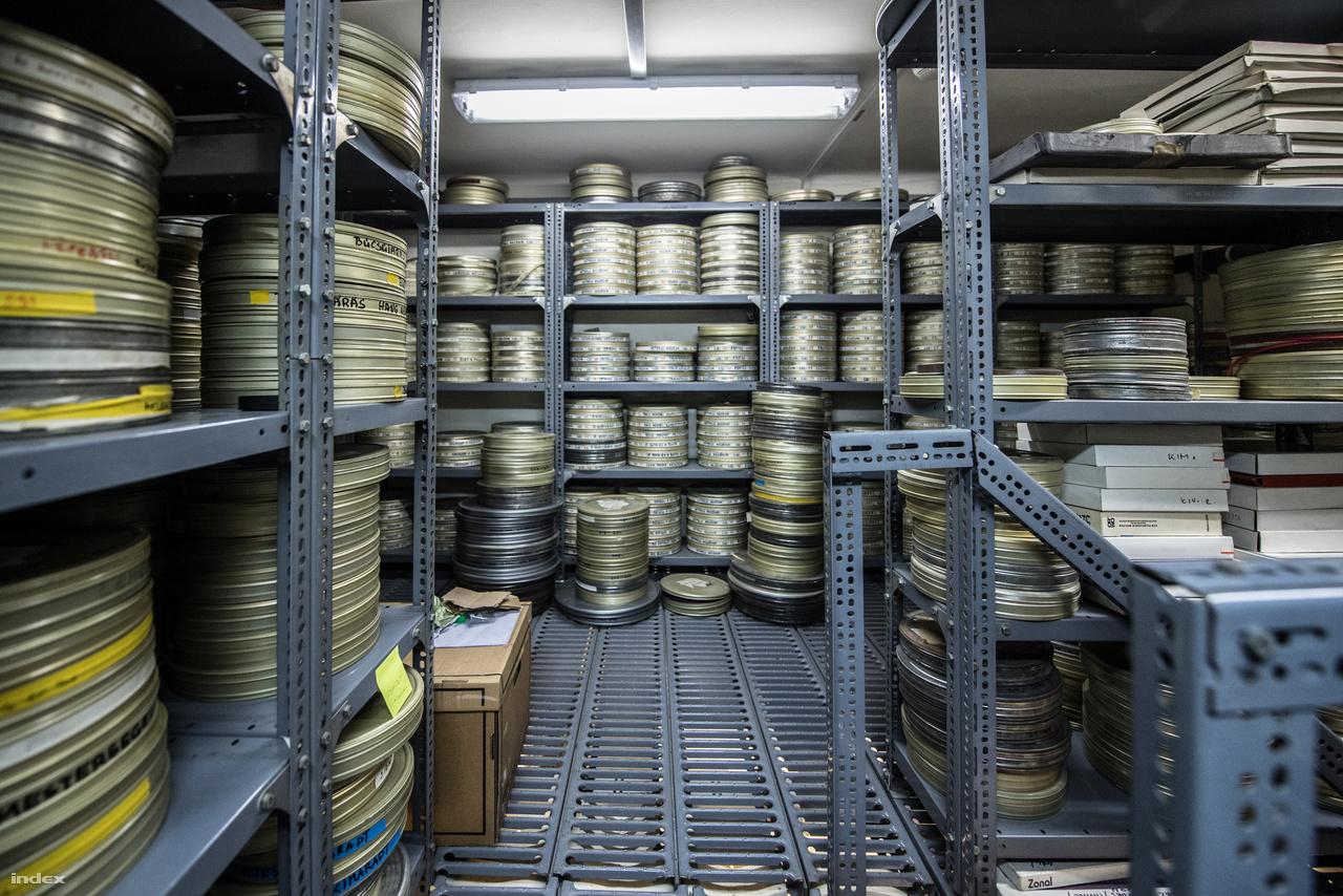 A múzeumban nem csak néprajzi tárgyakat őriznek, de vagy 450 ezer fotót – köztük számos ritkaságot –, valamint rengeteg filmfelvételt is. Ezek egyébként, hasonlóan az intézmény más archívumaihoz nem zárnak be november végén, hanem nyitvatartási időben egészen 2018 végéig várják a kutatókat és az érdeklődőket. De érdemes böngészni a múzeum honlapját is! Az egyik legalaposabb, legnagyobb online adatbázisuk van a magyar múzeumuk közt: sovány vigasz, de pár évig talán pótolja az igazit.