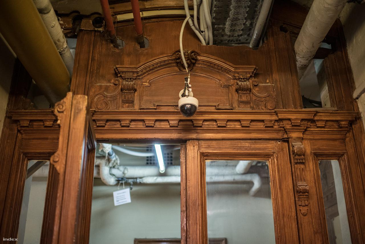A leglátványosabban a mélyföldszinttel bánt el az idő. Itt raktárakat alakítottak ki, mely igazándiból sem a raktározott tárgyaknak, sem a háznak nem tett jót. Igaz, a műtárgyak jelentős része most sem itt, hanem egy törökbálinti depóban található. Ha jövőre megnyílik az Országos Múzeumi Restaurálási és Raktározási Központ, akkor végre biztonságos és jól kezelhető körülmények közé kerülhetnek.