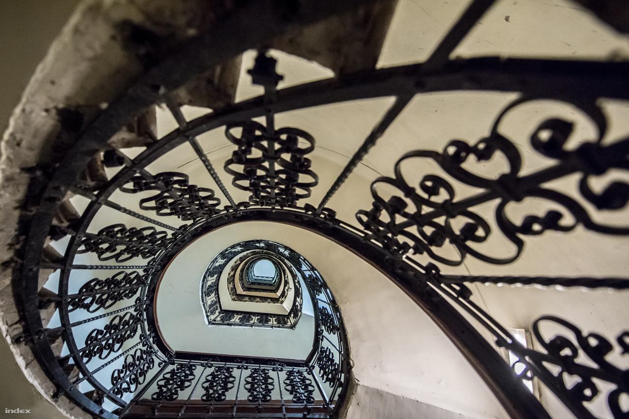 Hogy mennyire nagyvonalú volt az épület, azt jól mutatja, milyen gyönyörűn kidolgozottak a hátsó lépcsők is, amiket alighanem csak kishivatalnokok és szolgák használtak.