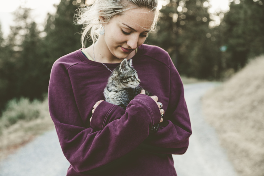 lány cicával