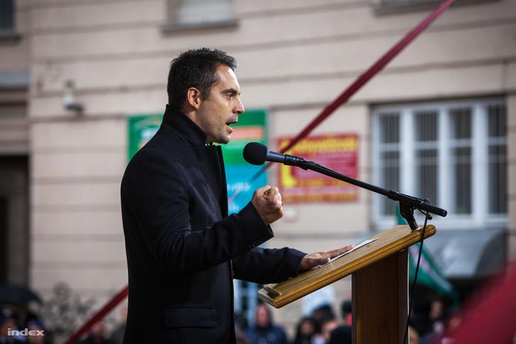 Vona Gábor beszédet mond a Jobbik Corvin közben tartott megemlékezésén 2017 október 23-án.