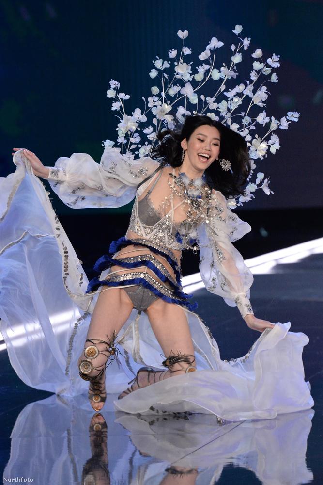 Xi Ming röptéről már megemlékeztünk, úgyhogy most egyrészt csak annyit mondunk, hogy a modell irgalmatlan zakója valószínűleg nem lesz benne a kész tévéműsorban,