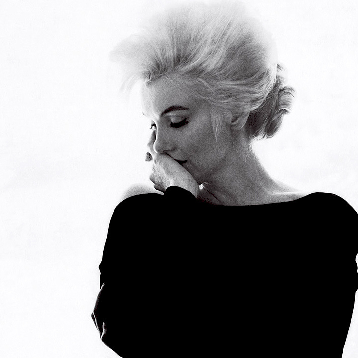 Ez az érzékeny és melankóliával telített felvétel tökéletesen megragadja Marilyn Monroe érzékiségét és sebezhetőségét.